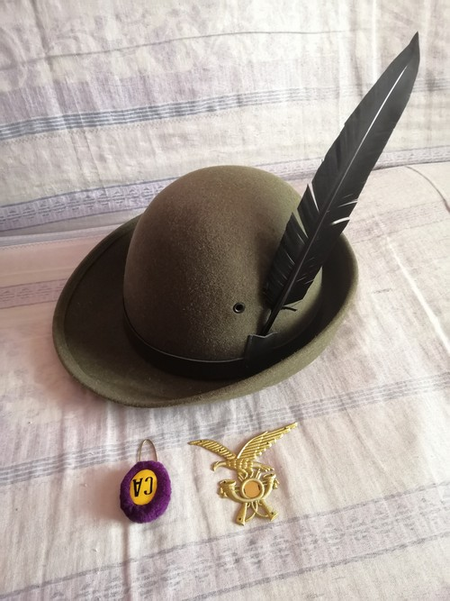 Cappello alpino con piuma e accessori